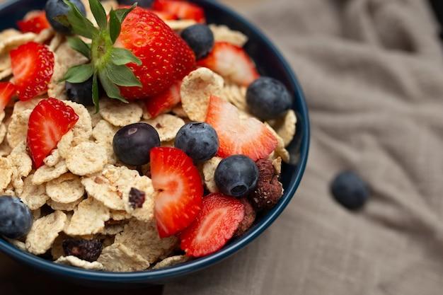 Café da manhã saudável com morangos e mirtilos