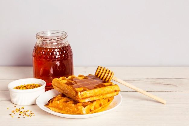 Café da manhã saudável com pólen de abelha na mesa de madeira