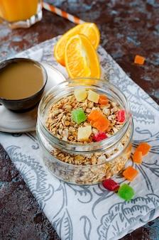 Café da manhã saudável conjunto granola, café e suco