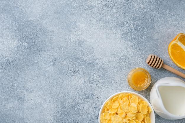 Café da manhã saudável de cereais, leite, mel e frutas. dieta balanceada. copie o espaço