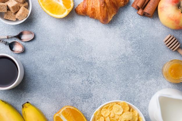 Café da manhã saudável de croissants de café, leite, mel e frutas. dieta balanceada. copie o espaço