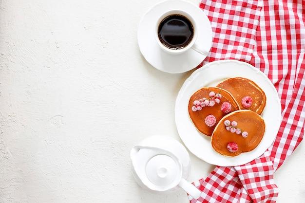 Café da manhã saudável do verão, panquecas americanas clássicas caseiras com bagas e mel frescos