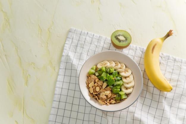 Café da manhã saudável: flocos de milho com leite e frutas frescas