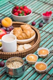 Café da manhã saudável fresco no fundo de madeira