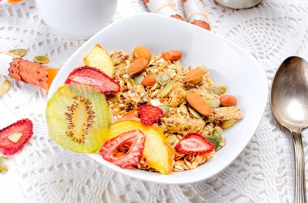 Café da manhã saudável granola caseira com chips de frutas