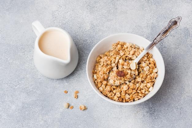 Café da manhã saudável. granola fresca, muesli com iogurte
