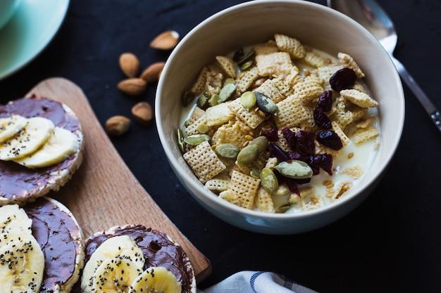 Café da manhã saudável. granola fresca, muesli com nozes de bagas de leite. vista de cima.