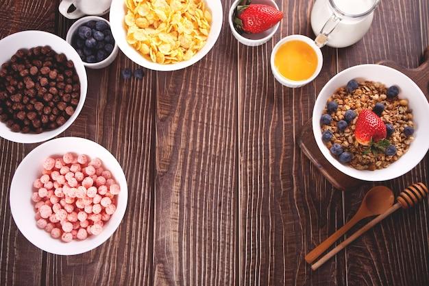 Café da manhã saudável. granola, muesli com frutas frescas e outros flocos e bolas de milho na superfície. vista do topo