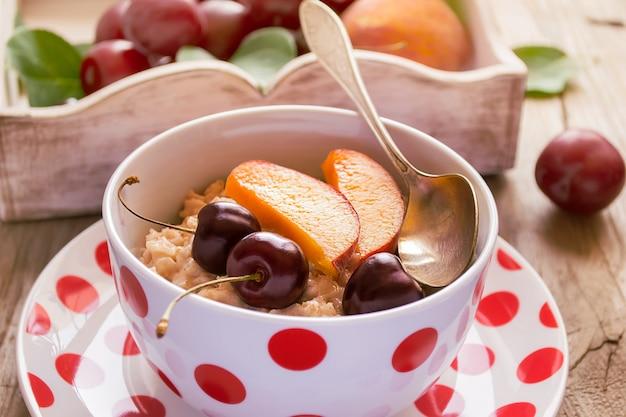 Café da manhã saudável. leite mingau de aveia com frutas.
