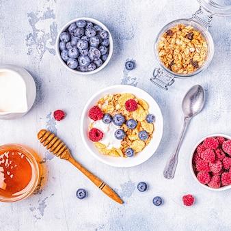 Café da manhã saudável, muesli, cereais com frutas, vista de cima.