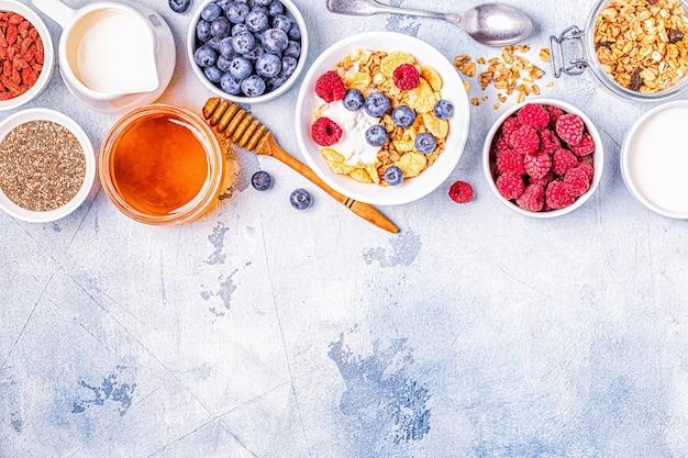 Café da manhã saudável, muesli, cereal com frutas
