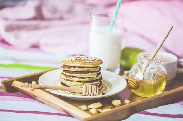 Café da manhã saudável na cama café leite mel panqueca