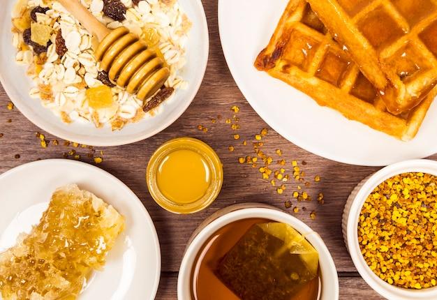 Café da manhã saudável na mesa de madeira