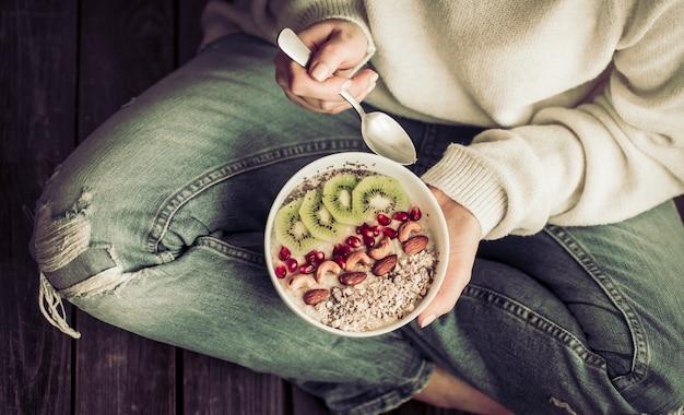 Café da manhã saudável para a garota nas mãos,