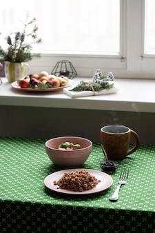 Café da manhã saudável. um prato de trigo sarraceno, salada, uma tigela de geléia e chá.