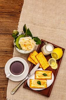 Café da manhã saudável. xícara de café (chá preto), leite, bolachas com manteiga e salmão