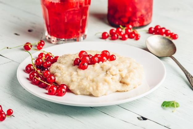 Café da manhã simples e saudável com mingau e água com infusão de frutas vermelhas