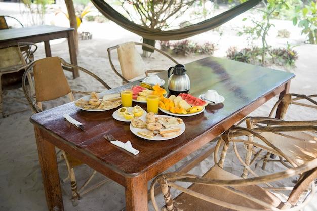Café da manhã tropical exótico em resort africano