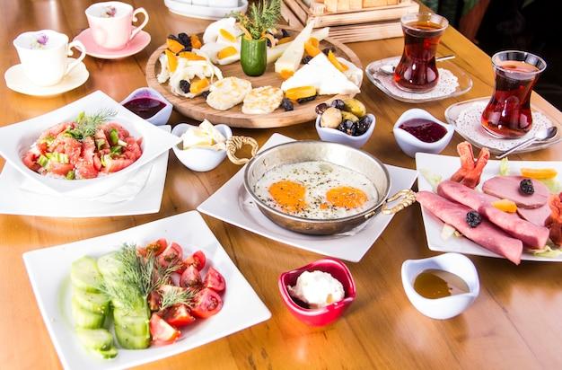 Café da manhã turco - ovo frito, pão, queijo, salada e chá - imagem stock