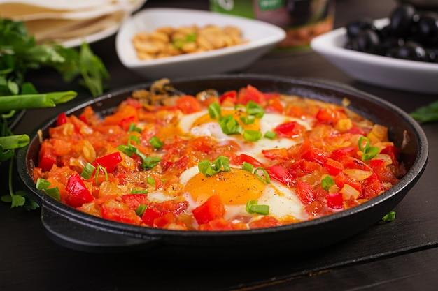Café da manhã turco - shakshuka, azeitonas, queijo e frutas. rico brunch.