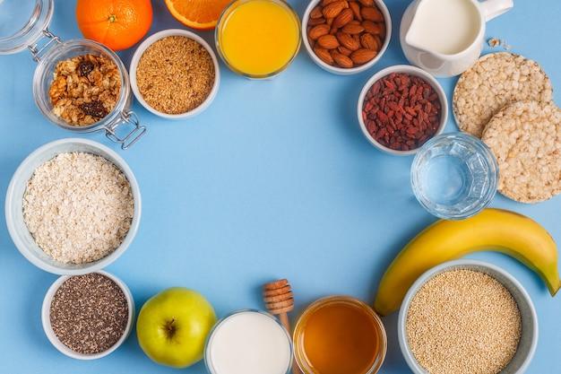 Café da manhã útil em um fundo azul pastel