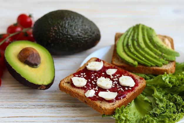 Café da manhã útil em um prato, café da manhã vegetariano com abacate