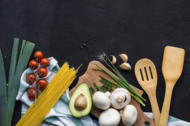 Café da manhã vegan tortilhas de arroz abacate tomate especiarias cebolas