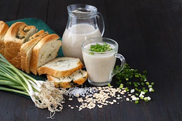 Café da manhã vegetariano saudável. granola de aveia com leite de aveia e frutas sobre o fundo da mesa de madeira. comer limpo, perda de peso, vegetariano, conceito de alimentos crus