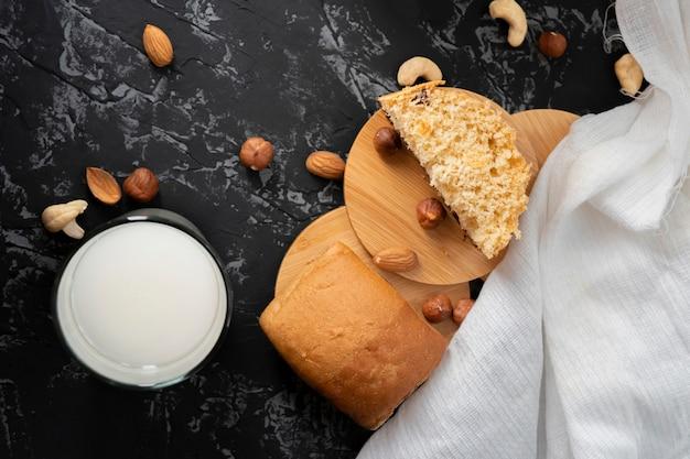 Café da manhã vegeterian fresco da manhã com o bolo saudável do leite da porca e um bolo, amêndoas nas tabelas