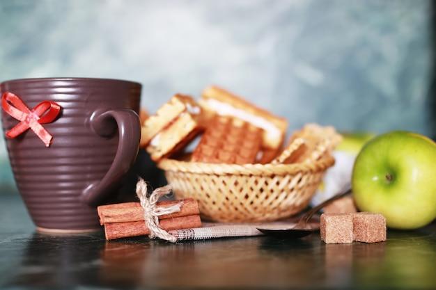 Café da manhã wafer e xícara de chá