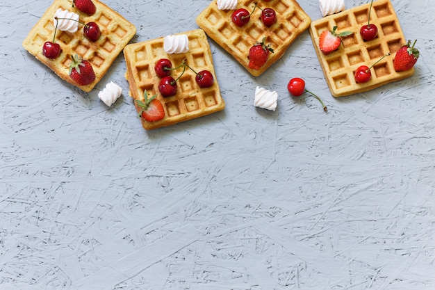 Café da manhã. waffles com morangos e cerejas. coloque sob a inscrição. bandeira