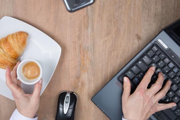 Café, dados comerciais e mão em uma mesa de escritório