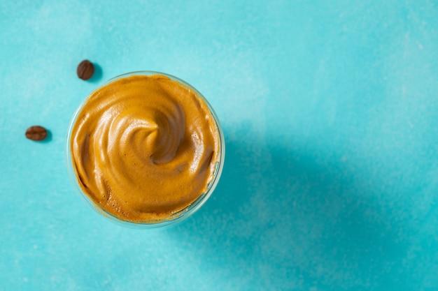 Café dalgona. beber com espuma de café e leite
