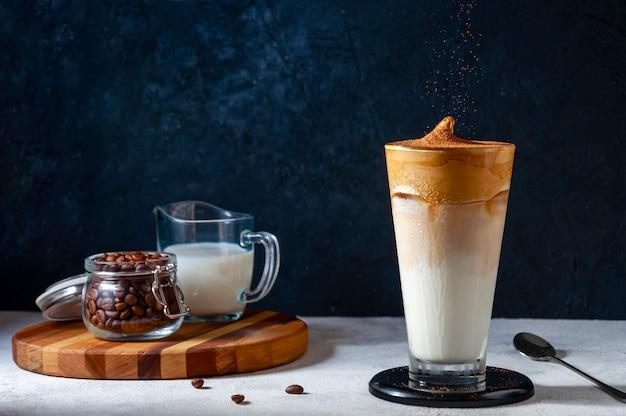 Café dalgona. café chicoteado cremoso na moda. bebida fria de verão coreana