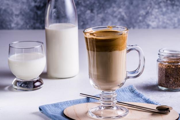 Café dalgona com uma espuma batida fofa e fresca.