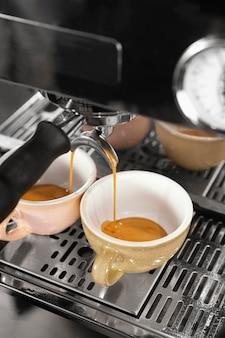Café de ângulo alto com máquina