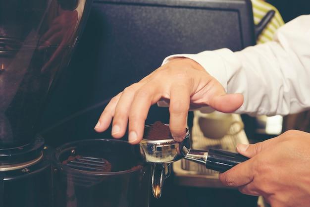 Café de barista que faz o conceito do serviço da preparação do café