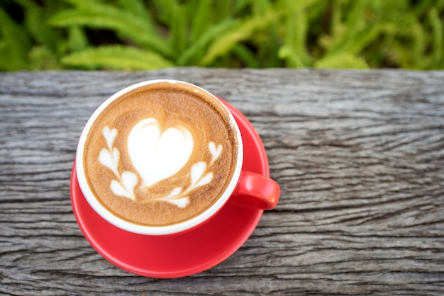 Café de cappuccino café da manhã na mesa de madeira vintage durante o dia