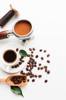 Café de close-up com colher e feijão
