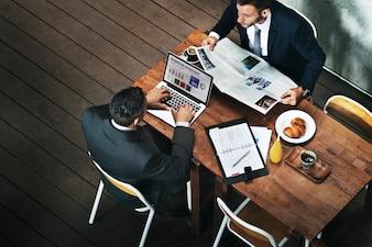 Café de empresários, trabalhando o conceito de jornal