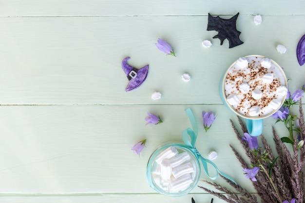 Café de férias da manhã para o halloween com marshmallows. vista superior copie o espaço