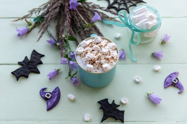 Café de férias da manhã para o halloween com marshmallows.