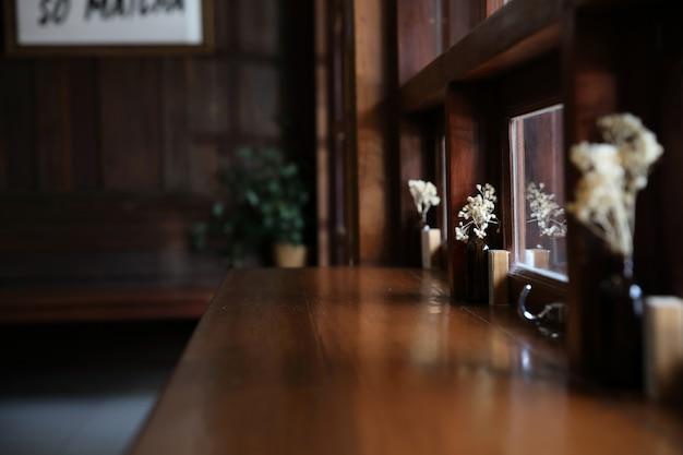 Café de madeira japonesa com cadeira bar e mesa Foto Premium