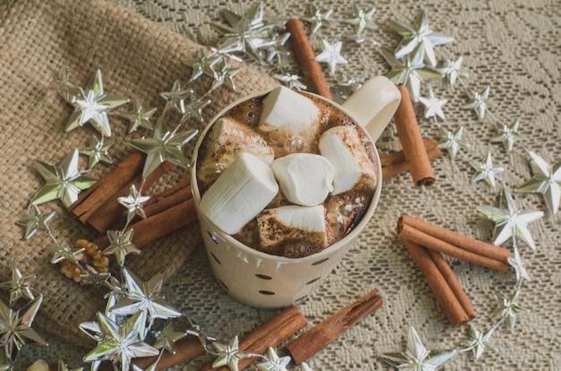 Café de natal com marshmallow