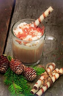 Café de natal com ramo de leite de abeto com fundo de madeira vintage retrô velho de cones