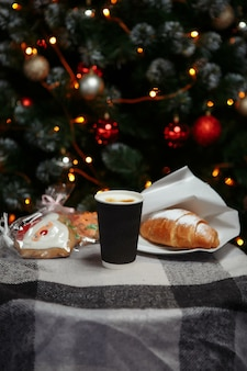 Café de natal e croissants com presentes e brinquedos