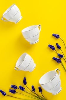 Café de porcelana branca ou jogo de chá com flores de muscari em amarelo