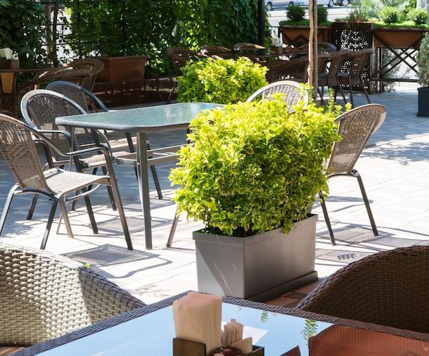Café de verão ao ar livre com canteiros de flores