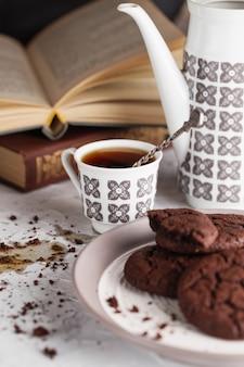 Café derramado na mesa.
