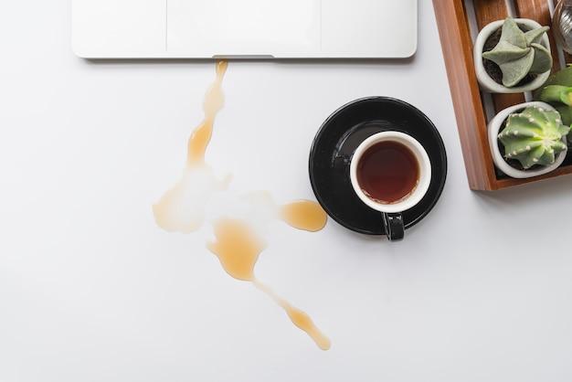 Café derramado sobre o espaço de trabalho
